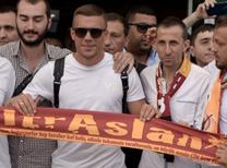 Galatasaray'ın yeni transferi Lukas Podolski'yi havalimanında Galatasaraylı taraftarlar karşıladı.