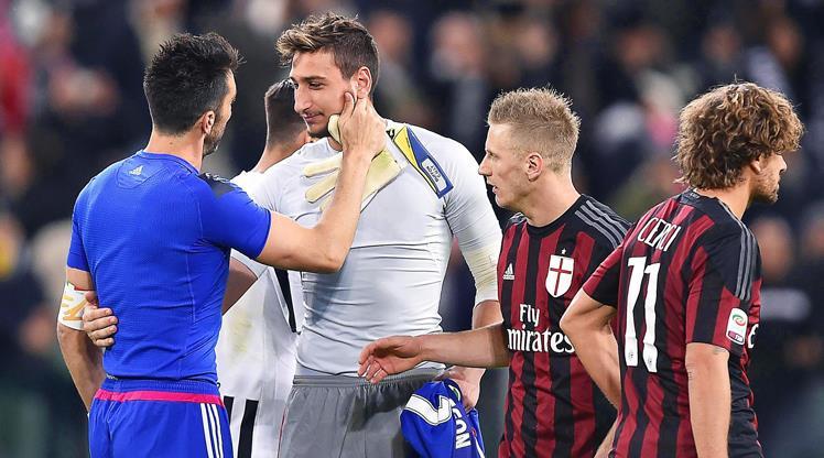 Juventus kalecisi Buffon ve Milan kalecisi Donnarumma karşı karşıya